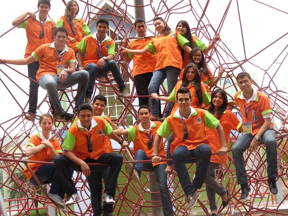 Gruppenbild auf dem Molekül-Klettergerüst
