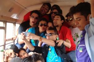 Honduraner können sich auch in Bussen, die die Geschwindigkeitsbegrenzung längstens überschreiten, nicht stillhalten!