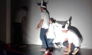 Alexis, Viviani & Milovan studieren das Schattentheater zum Rotkappchen ein...