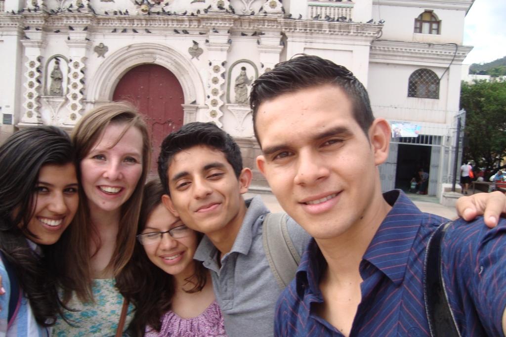 Vor der Kirche Los Dolores (v.l.n.r. Solany, ich, Kely, Fernando & Alexis)